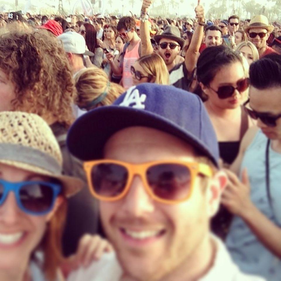 """Beim """"Coachella""""-Festival überraschen Aaron Paul und Kellan Lutz ein Pärchen beim Selfie."""