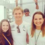 Erwischt! Lewis Hamilton springt seinem Formel-1-Teamkollegen Nico Rosberg ins Fanbild.