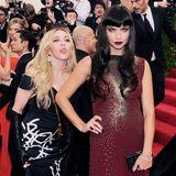 Bei der Met Gala wird Adriana Lima Opfer einer Photobomb von Madonna und ihrer Zunge.