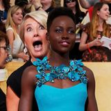 "Bei den ""Screen Actors Guild Awards"" photobombt Emma Thompson die ahnungslose Lupita Nyong'o."