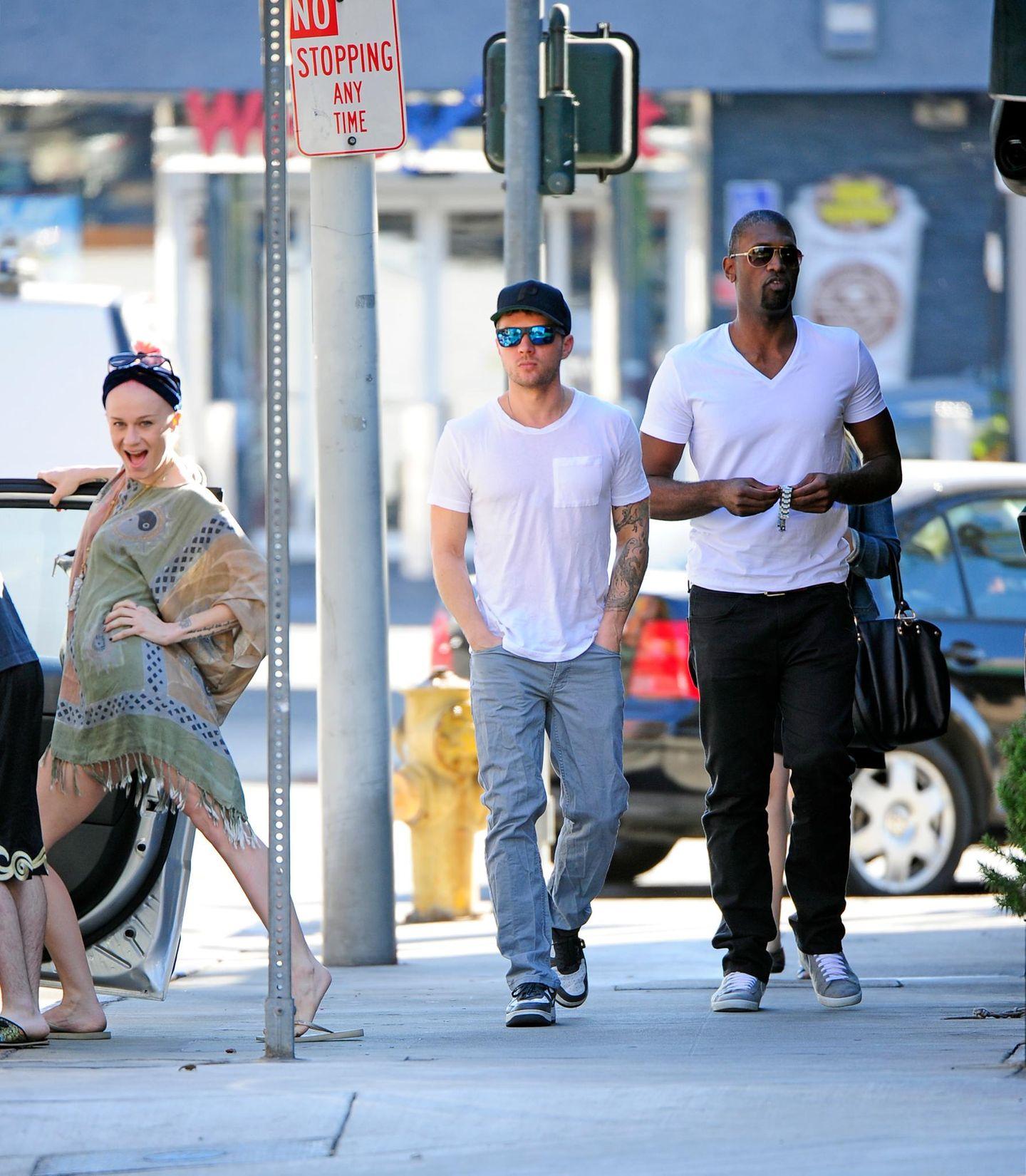 16. Januar 2014: Wenn Passanten die Stars fotobomben: Ryan Phillippe ist mit einem Freund in West Hollywood unterwegs, als eine Frau sich in Pose für die Paparazzi wirft.