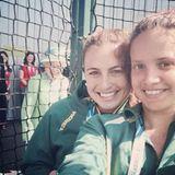 Diese Mädels staunen nicht schlecht als Queen Elizabeth ihr Selfie photobombt.