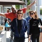 Als Paul McCartney mit seiner Frau Nancy Shevell in Beverly Hills spazieren geht, wirft sich ein Fotograf ins Bild.