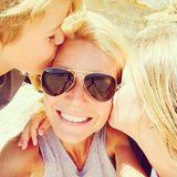 Mai 2014  Gwyneth Paltrow macht am Strand ein Selfie von sich und ihren Kindern Moses und Apple.