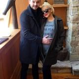 April 2014  Christina Aguilera präsentiert, nebst Lebensgefährte Matthew Rutler, auf Twitter stolz ihren Babybauch.