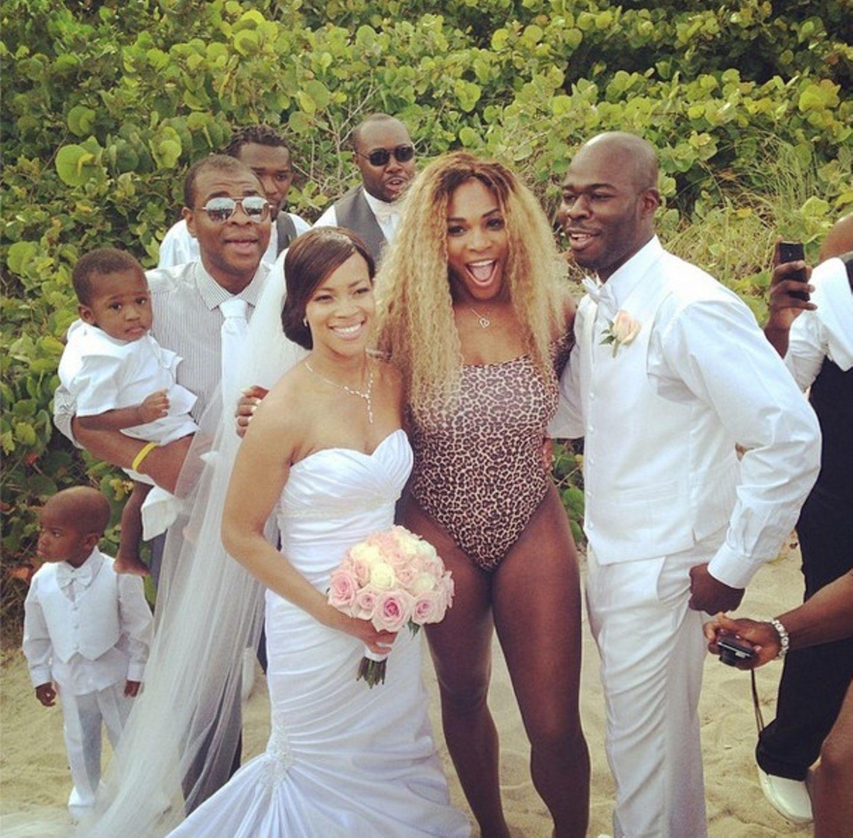 Mai 2014  Damit hat das Brautpaar wohl nicht gerechnet: Tennisstar Serena Williams taucht unerwartet und mit einem Leopardenmuster-Einteiler bekleidet auf einer Strandhochzeit auf und freut sich über die gelungene Überraschung.