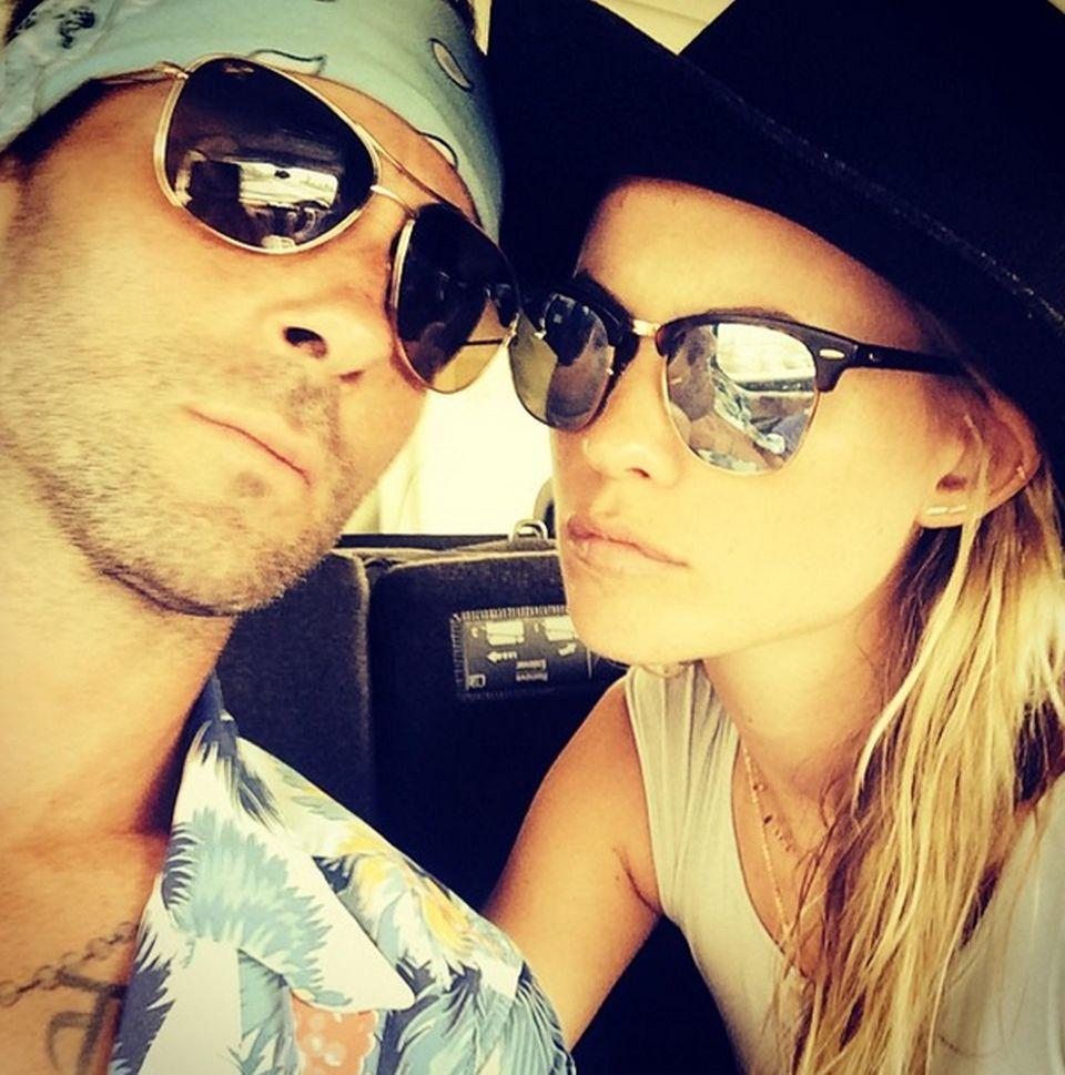 August 2014  Auf ihrem ersten gemeinsamen Selfie nach der Hochzeit sehen Adam Levine und Behati Prinsloo ziemlich ernst aus.