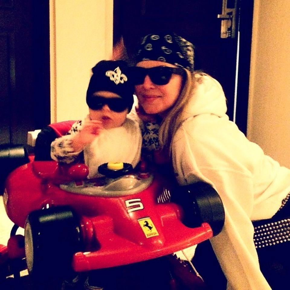 April 2014  Wenn Josh Duhamel das Haus verlässt, machen sich Ehefrau Fergie und ihr gemeinsamer Sohn einen coolen Abend. Mit Sonnenbrille und Mütze fährt Axl dann Ferrari.