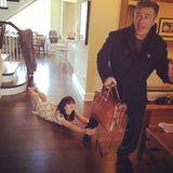 März 2014  Hilaria Baldwins tägliches Yoga-Posting ist häufig witzig, dieses Mal hat auch Ehemann Alec Baldwin mitgemacht.