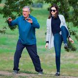 """10. September 2014: Für eine Szene des Films """"The Intern"""" machen Robert NeDiro und Anne Hathaway im Park Tai Chi."""