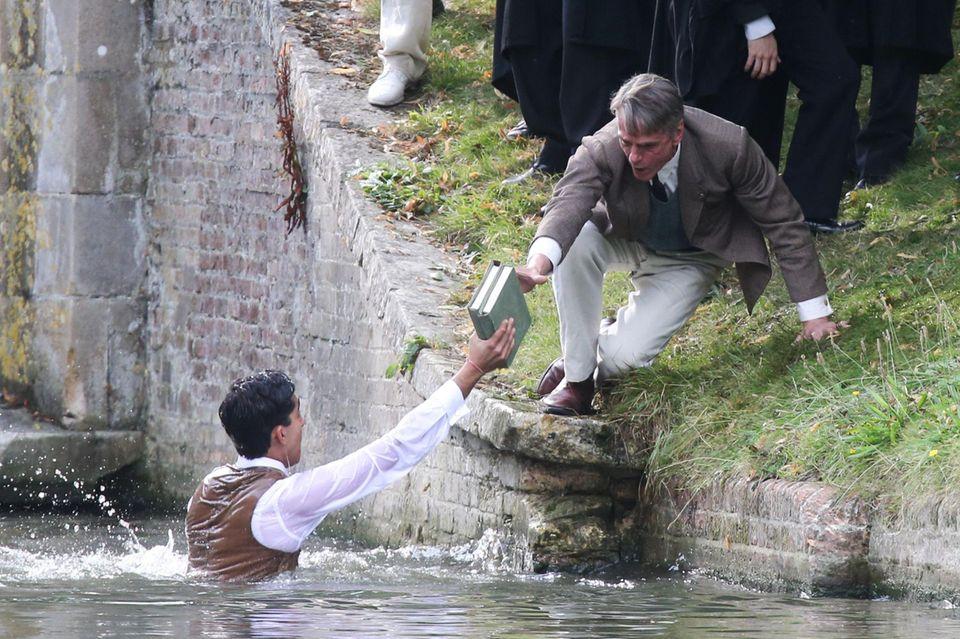 """18. August 2014: Für die Dreharbeiten von """"The Man Who Knew Infinity"""" lässt sich Dev Patel von Jeremy Irons retten."""