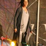 """24. April 2014: Für eine Szene ihres neuen Films """"Cake"""" steht Jennifer Aniston im Schlafanzug auf der Straße."""