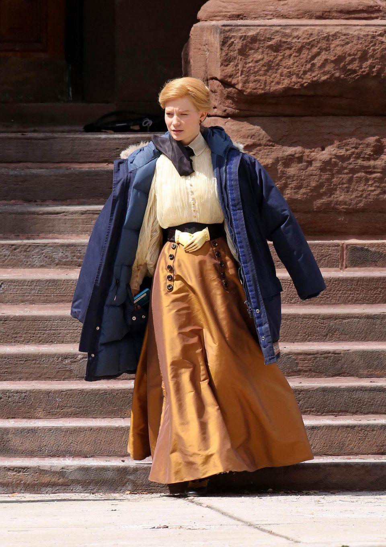 """16. April 2014: Für die Dreharbieten des Horrorfilms """"Crimson Peak"""" ist Mia Wasikowska unter ihrer Jacke altertümlich kostümiert."""