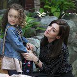 """24. Juni 2014: Mit Co-Darstellerin und grünem Shake hat Anne Hathaway in Brooklyn am Set von """"The Intern"""" alle Hände voll zu tun."""