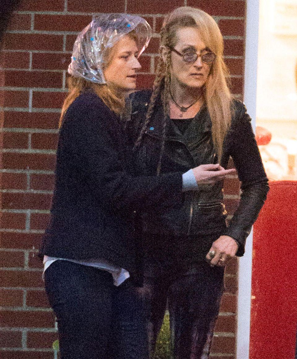 """29. Oktober 2014: Zusammen mit ihrer Tochter Mamie Gummer dreht Meryl Streep eine Szene für """"Ricki and The Flash"""" in New York City. Außerdem in dem Film mit dabei: Kevin Kline."""