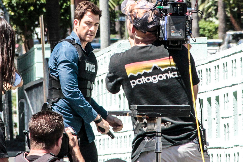 """5. August 2014: Am Set von """"Stalker"""" fuchtelt Dylan McDermott in seiner Rolle als Polizist mit einer Waffe rum."""