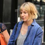 """29. Juli 2014: Für die Dreharbeiten von """"Adam Jones"""" trägt Sienna Miller in London einen Kurzhaarschnitt."""