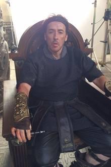 """24. Juli 2014: John Cusack dreht mit Jackie Chan und Adrien Brody den Film """"Dragon Blade"""" in der Wüste Gobi."""