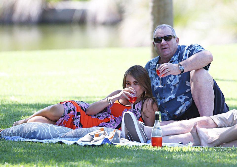 """19. Februar 2014: Am Set der Serie """"Modern Family"""" geht es gemütlich zu - Sofia Vergara und Ed O'Neill haben es sich auf einer Decke im Park beim PIcknick bequem gemacht."""
