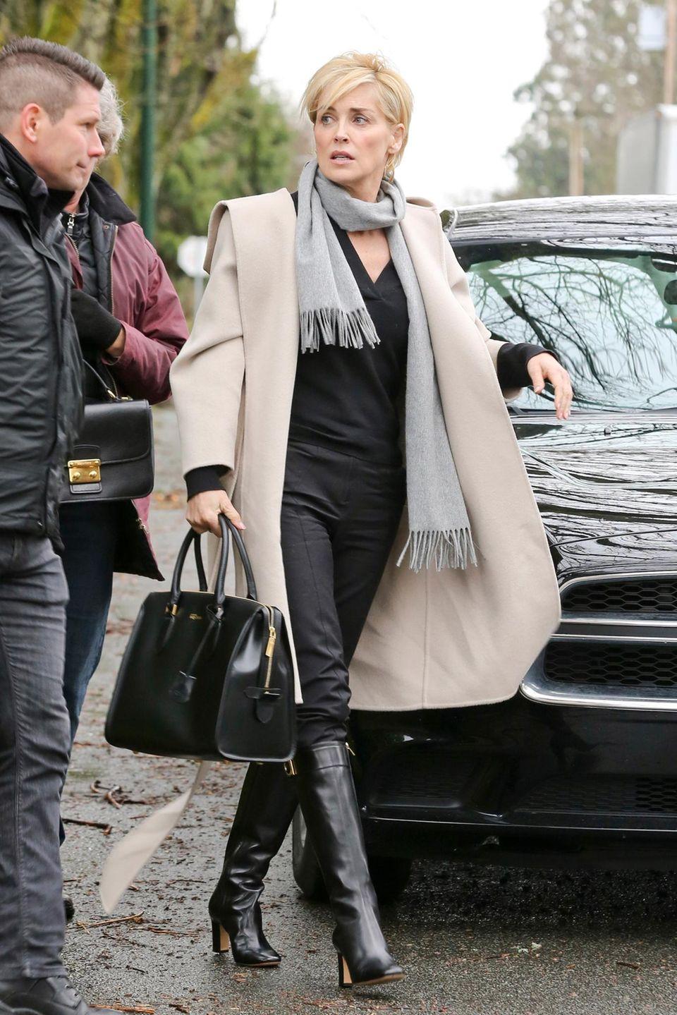 """5. März 2014: Mit hellem Mantel und schicker Kurzhaarfrisur dreht Sharon Stone in Vancouver den Streifen """"Agent X""""."""
