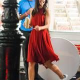 """18. September 2014: Für den Werbespot von """"Oil of Olaz"""" trägt Katie Holmes ein rotes Kleid und sieht darin zauberhaft aus."""