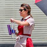 """29. Juli 2014: """"Glee""""-Star Lea Michele steht im Kellnerinnen-Outfit für eine Folge von """"Sons of Anarchy"""" vor der Kamera."""