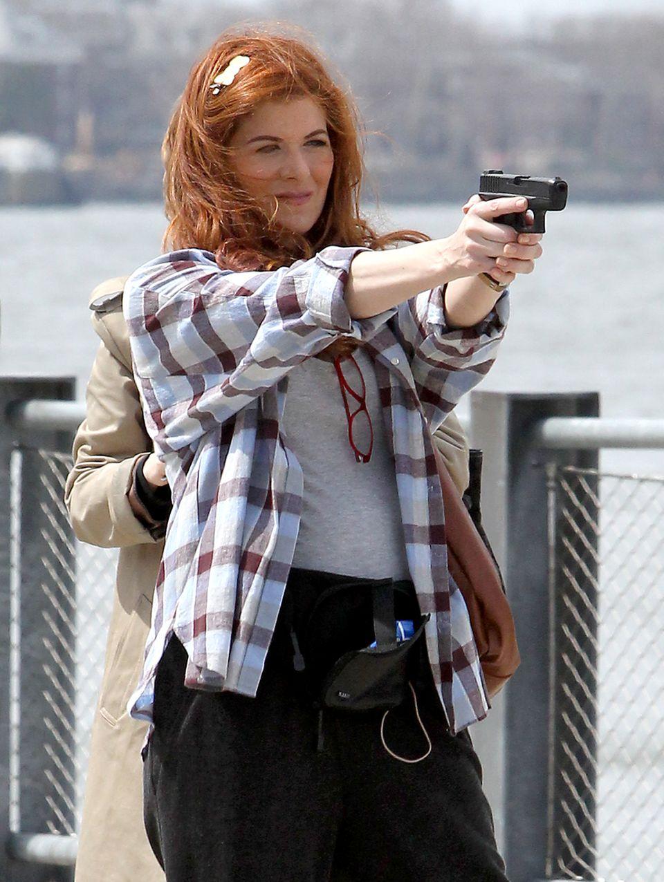"""14. April 2014: Die Dreharbeiten zum Film """"The Mysteries of Laura"""" mit Debra Messing finden am Fuß der Freiheitsstatue in New York statt."""