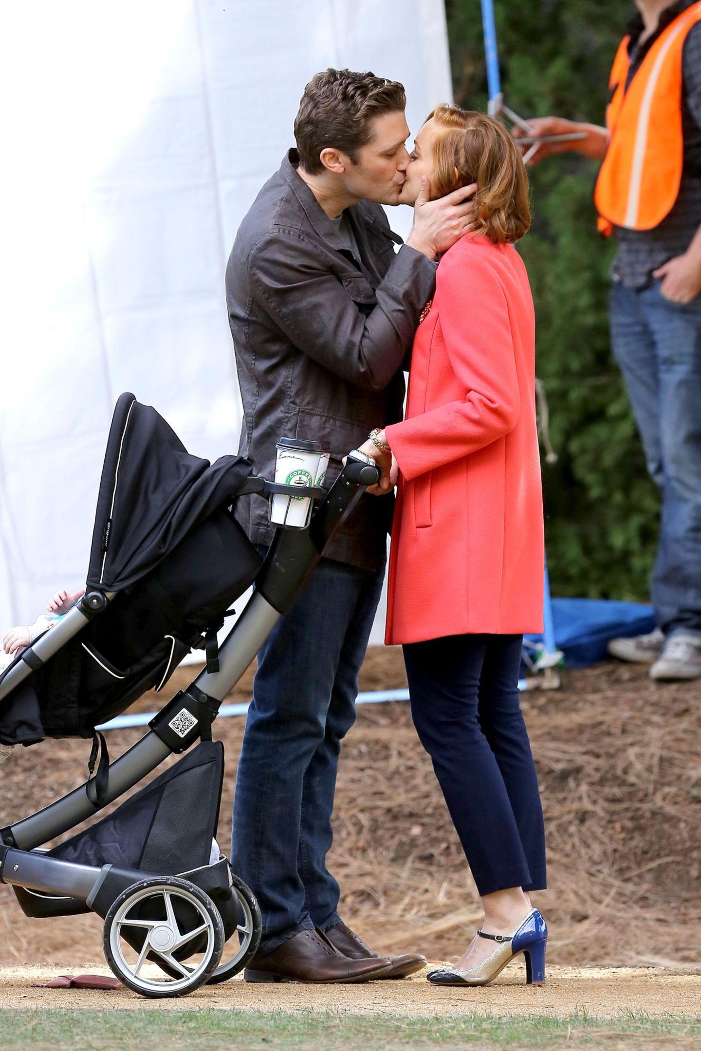 """19. November 2014: Matthew Morrison und Jayma Mays küssen sich am Set von der Serie """"Glee"""" für eine Szene im Park."""