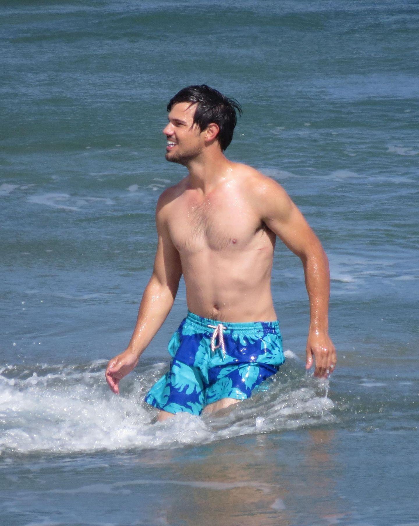 """17. Juni 2014: Für die Dreharbeiten von """"Run the Tide"""" stürtzt Taylor Lautner sich in Los Angeles in die Fluten."""