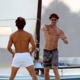 """8. Oktober 2014: Was für ein schöner Job: für eine Szene von """"Magic Mike XXL"""" spielen Joe Manganiello und Adam Rodriguez am Strand von Savannah mit einem Football."""
