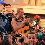 """17. Juni 2014: Chris Martin und seine Band Coldplay drehen ihre neues Video zu """"A Sky Full of Stars"""" in den Straßen von Newtown."""