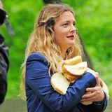 """15. Mai 2014: Für Foto-und Fernsehaufnahmen trägt Drew Barrymore eine Ladung Brot durch den berühmten """"Central Park"""" von New York City."""