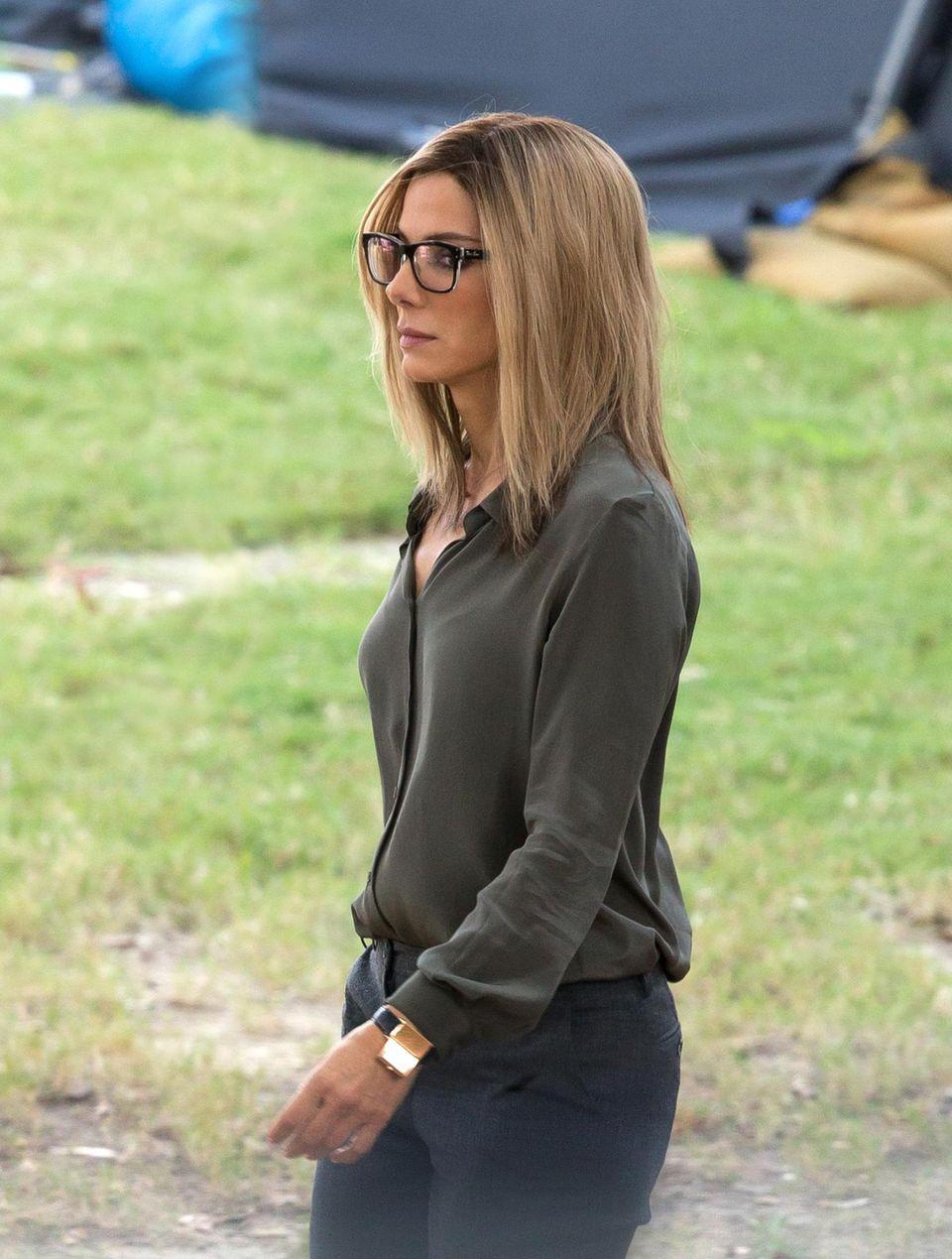 """8. Oktober 2014: Sandra Bullock trägt für ihre Rolle der """"Jane Bodine"""" in dem Politthriller """"Our Brand Is Crisis"""" eine blonde Perücke und Brille."""