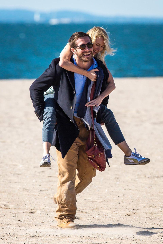 """6. Oktober 2014: So machen Dreharbeiten Spaß: Jake Gyllenhaal trägt Naomi Watts im Film """"Demolition"""" am Strand entlang."""