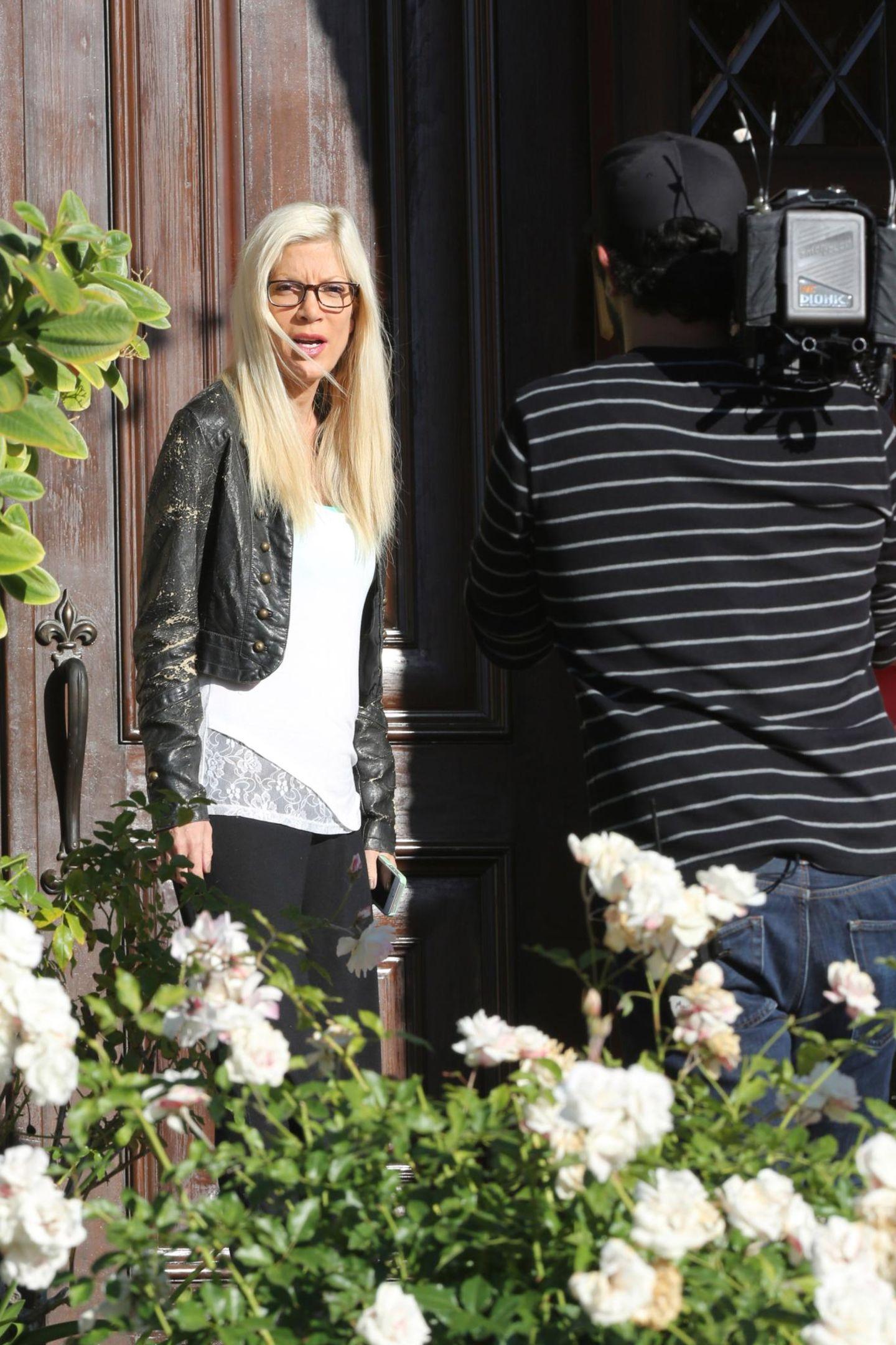 """27. April 2014: Tori Spelling steht für Dreharbeiten der Reality-Show """"True Tori"""" vor der Kamera."""