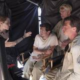 """12. Dezember: Angelina Jolie während der Dreharbeiten zu """"Unbroken"""" im Gespräch mit den Darstellern hinter den Kulissen."""