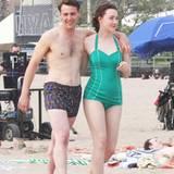 """21. Mai 2014: In 50er-Jahre-Bademode schlendern Saoirse Ronan und Emory Cohen für die Filmaufnahmen des Films """"Brooklyn"""" am Strand von Coney Island entlang."""