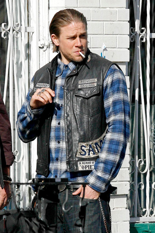 """29. Mai 2015: Die Dreharbeiten für die neue Staffel """"Sons of Anarchy"""" sind in vollem Gang. Charlie Hunnam steht dafür in Los Angeles vor der Kamera."""
