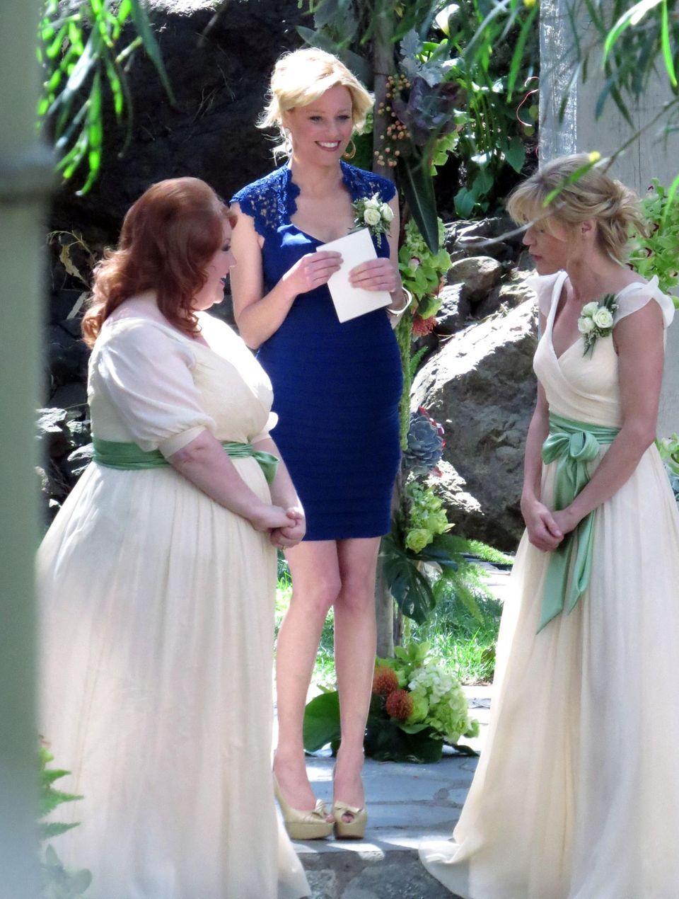 """12. März 2014: Elizabeth Banks steht für eine Szene in der Serie """"Modern Family"""" in Los Angeles vor der Kamera."""