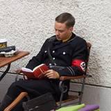 """23. Juni 2014: Tom Schilling liest in einer Drehpause des Films """"Woman in Gold"""" in Wien ein Buch."""