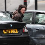 """11. Mai 2014: Ist Kit Harington in einen Autounfall verwickelt? Nein, für die Dreharbeiten des Films """"Spooks:The Greater Good"""" in London dreht der """"Game of Thrones""""-Star eine Action-Szene."""