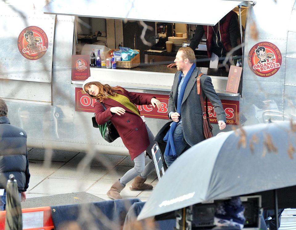 """26. Februar 2014: Simon Pegg und Lake Bell spielen nur so zum Spaß eine Kampfszene während sie auf die nächste Klappe ihres Films """"Man Up"""" in London warten."""
