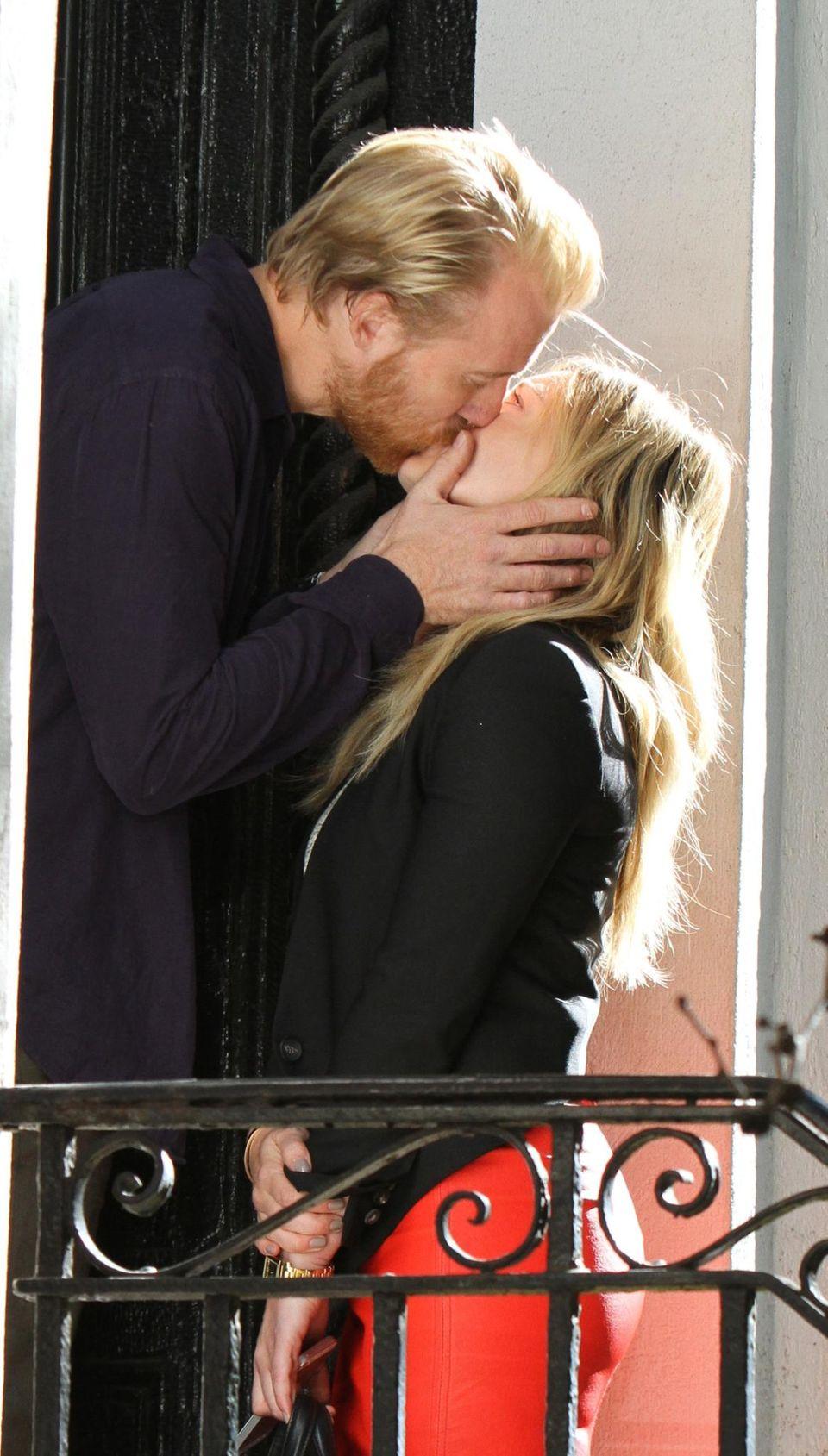 """6. Oktober 2014: Für die Serie """"Younger"""" küsst Thorbjorn Harr seine Kollegin Hilary Duff."""