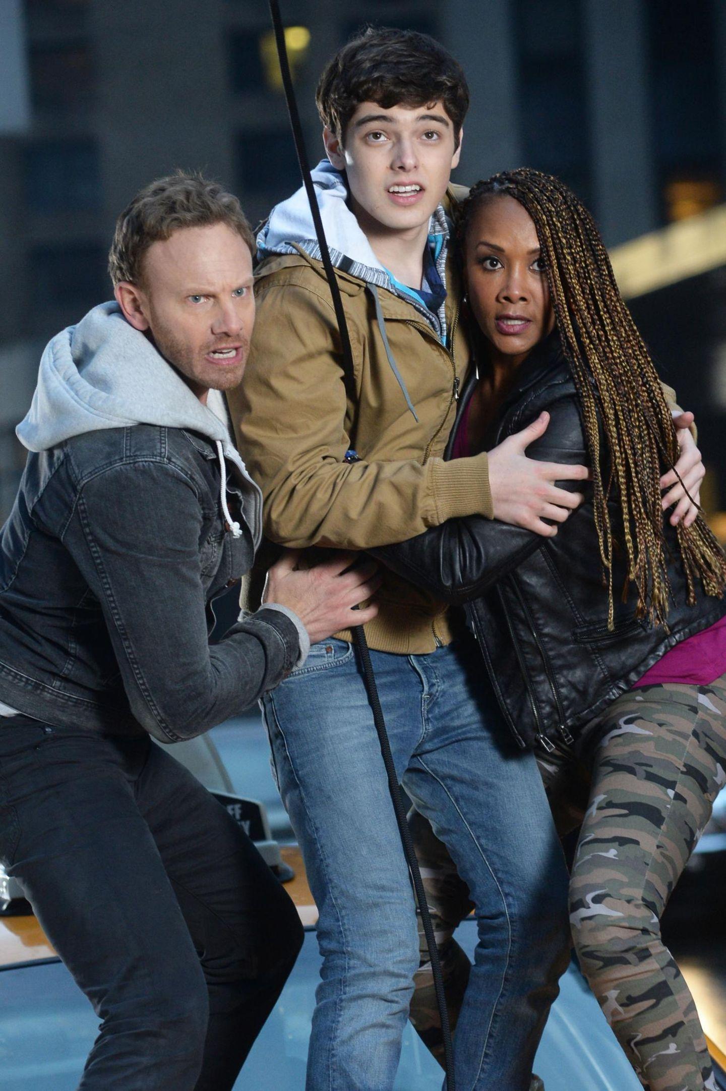 """19. Februar 2014: Für den Film """"Sharknado 2"""" drehen Ian Ziering, Dante Palminteri und Vivica A. Fox eine Szene auf einem Taxi stehend am Times Square."""