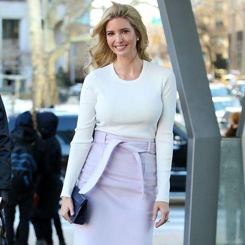 Ivanka Trump verbreitet nicht nur mit ihrem Lächeln Frühlingsstimmung, sondern auch mit dem fliederfarbenen Bleistiftrock in Kombination mit cremefarbenem Wollshirt und passenden Pumps.