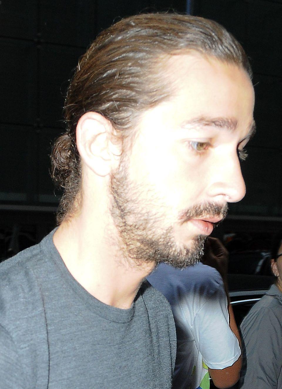 Nicht besonders vorteilhaft ist die Zopffrisur bei Shia LaBeouf. Seine Haare sind kraus und wirken durch die strenge Frisur splissig und ungepflegt.
