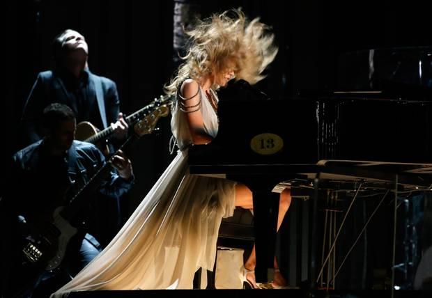 Taylor Swift performt mit vollem Körpereinsatz am Klavier.