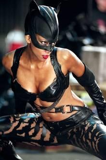 """Halle Berry  Die Rolle der """"Leticia Musgrove"""" in dem Filmdrama """"Monster's Ball"""" hat Halle Berry international bekannt gemacht und bringt ihr 2002 als erste afro-amerikanische Schauspielerin den Oscar als beste Hauptdarstellerin. Für """"Catwoman"""" kann sie 2005 allerdings nur den Anti-Oscar einheimsen."""