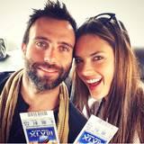 Alessandra Ambrosio und ihr Mann Jamie Mazur zeigen auf Instagram stolz ihre Karten.