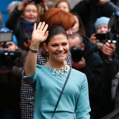 Die Kronprinzessin lächelt und freut sich über die vielen Fans.